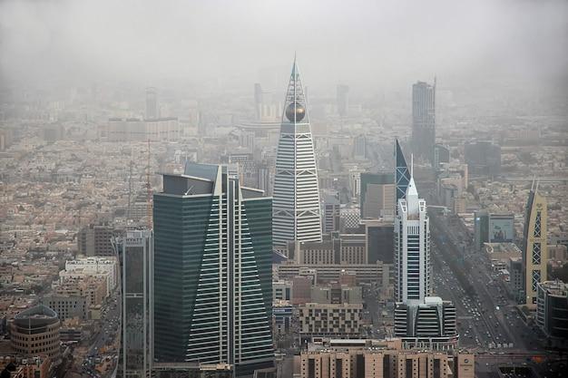 Die ansicht von riad vom königreichszentrum burj al-mamlaka in saudi-arabien
