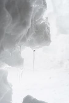 Die ansichtniederlassung von eiszapfen auf schnee.