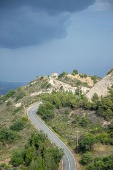Die antike griechische kapelle befindet sich oben auf dem berg.
