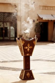 Die arabische tradition ist es, weihrauch zu verbrennen, damit das ganze haus gut riecht
