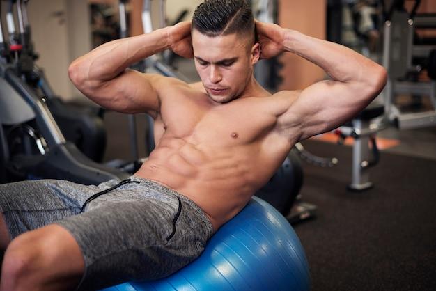 Die arbeit an den bauchmuskeln ist nicht einfach