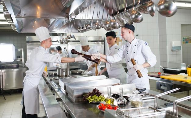 Die arbeit des kochs in der küche des restaurants.