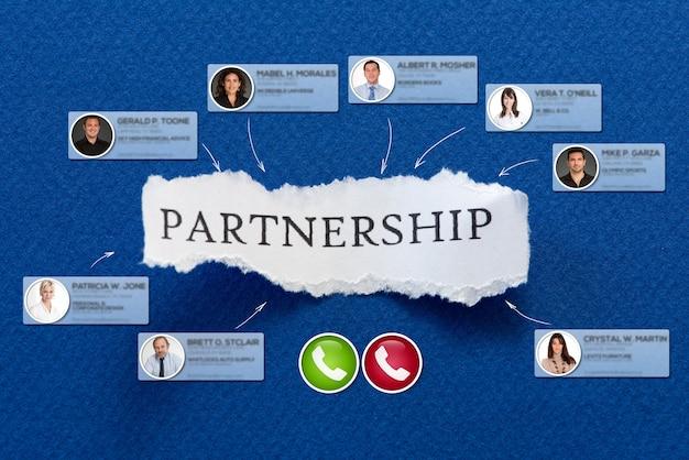 Die arbeitspartnerschaft in einem stück papier, umgeben von kontakten in einer videokonferenz