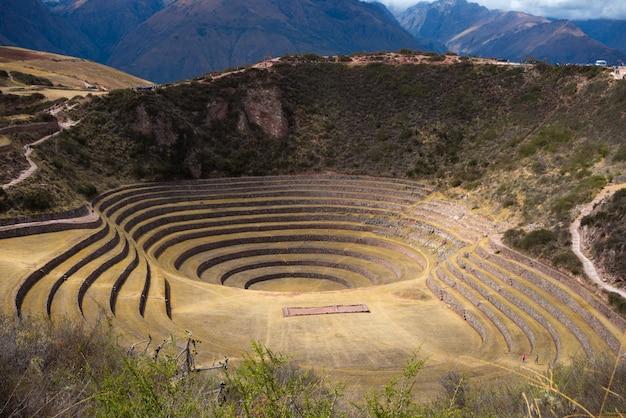 Die archäologische stätte in moray, reiseziel in der region cusco und im heiligen tal, peru. majestätische konzentrische terrassen, angeblich inkas labor für lebensmittelanbau.
