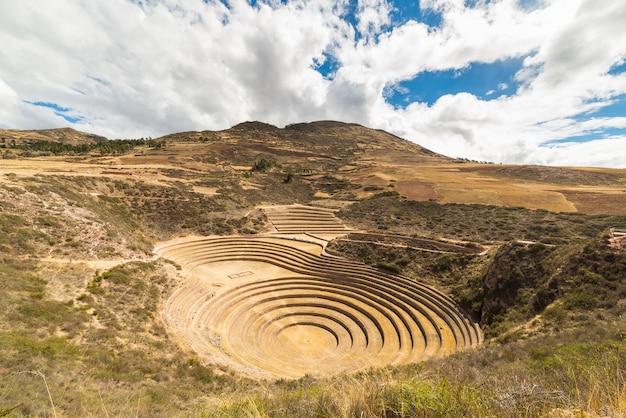 Die archäologische stätte in moray, reiseziel in der region cusco und im heiligen tal, peru.