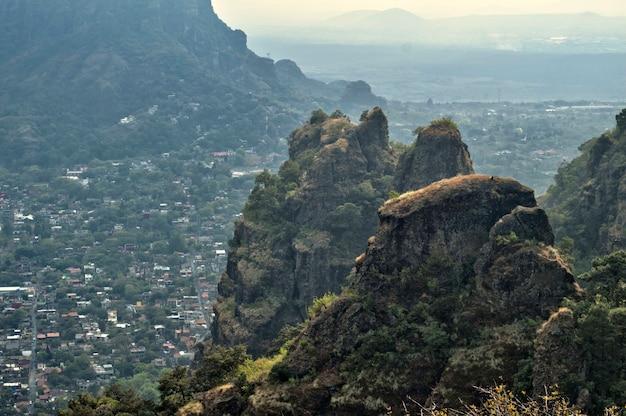 Die archäologische zone von tepozteco im bundesstaat morelos (mexiko). schöne aussicht auf die berge. am horizont liegt die stadt im tal von tepoztlán