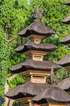 Die architektur des hinduistischen tempels auf der insel bali in ubud, indonesien, asien. hoher reetdachturm