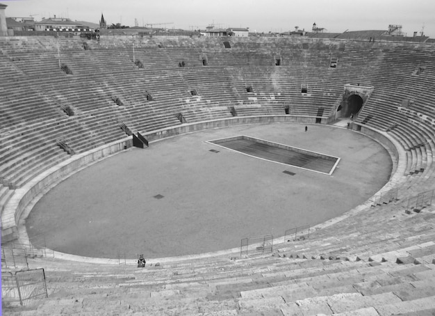 Die arena von verona in monotone, roman amphitheatre am marktplatz bra square in verona, italien