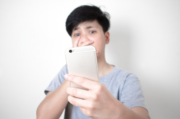 Die asiaten sind schockiert, einige nachrichten von mobiltelefonen zu sehen.