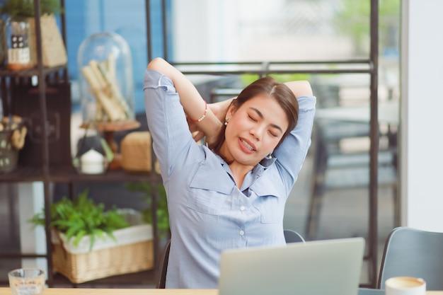 Die asiatin, die im café arbeitet und haben problem mit bürosyndrom