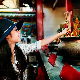 Die asiatische alleinreisende weibliche reisende
