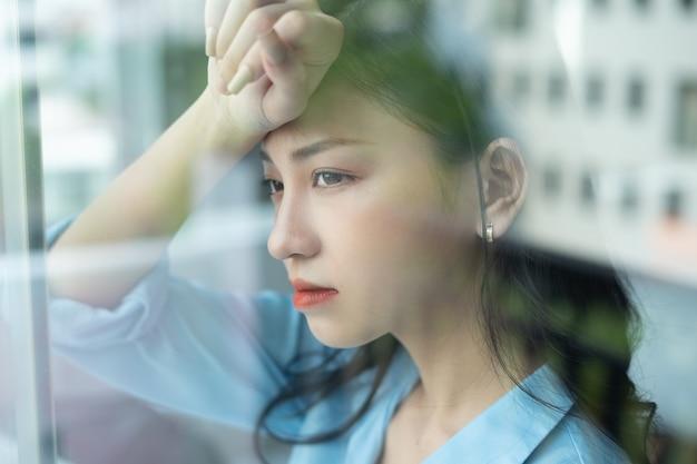 Die asiatische geschäftsfrau fühlt sich aufgrund des arbeitsdrucks müde