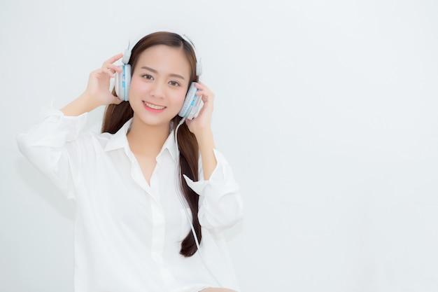 Die asiatische glückliche frau des schönen porträts genießen und spaß hören musik