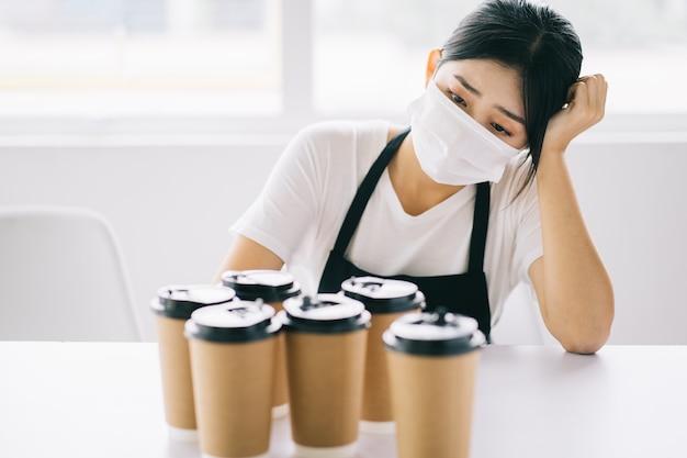 Die asiatischen coffeeshop-besitzer waren verärgert, weil ihre geschäfte aufgrund der auswirkungen der krankheit geschlossen wurden