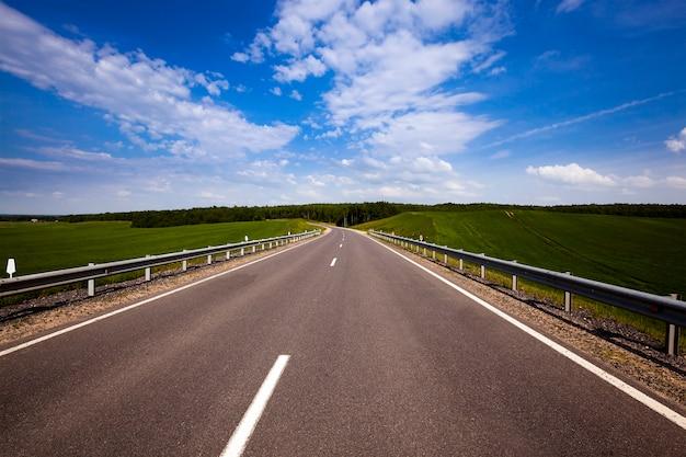 Die asphaltierte straße - die neue asphaltierte straße. sommerzeit des jahres