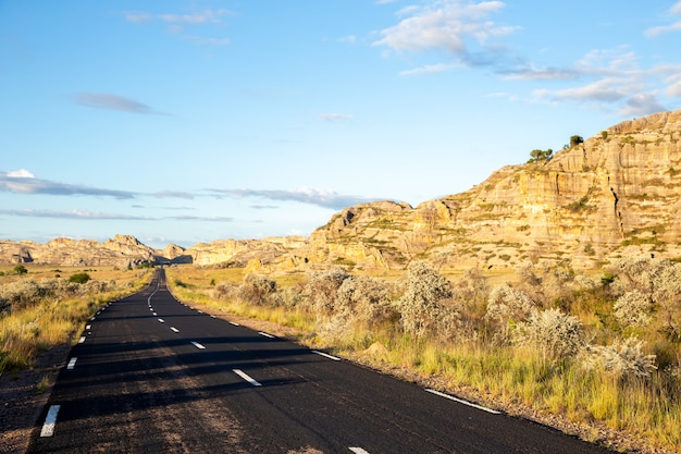 Die asphaltstraße durch die landschaft der insel madagaskar