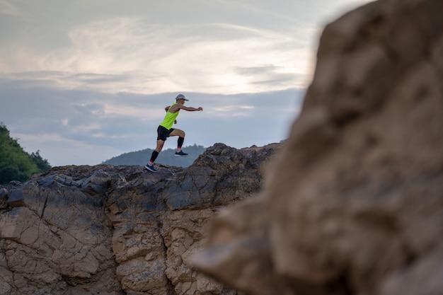 Die athletenspur, die am felsenberg läuft
