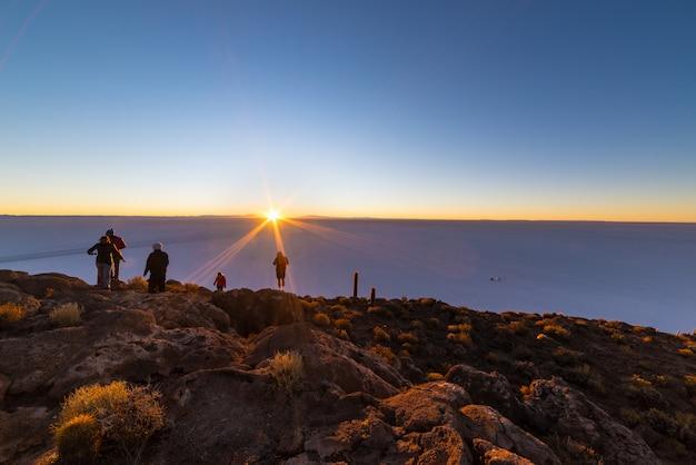 Die aufgehende sonne über uyuni salt flat, bolivien