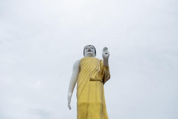 Die aufgerichtete buddha-statue unter klarem himmel in chiangmai, thailand.