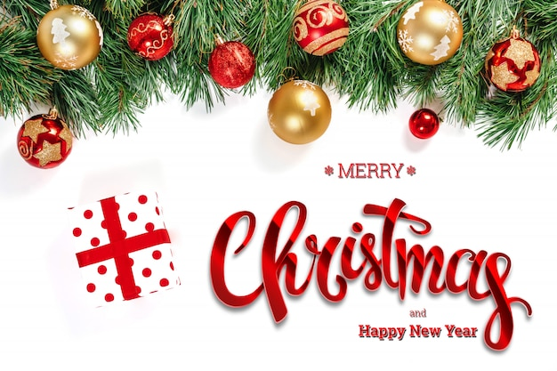 Die aufschrift von frohen weihnachten, von grüner fichte, von spielwaren und von geschenken auf einem weiß. weihnachtskarte, festlicher hintergrund. gemischte medien.