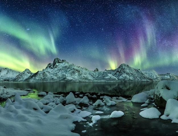 Die aurora borealis leuchtet auf den lofoten, norwegen