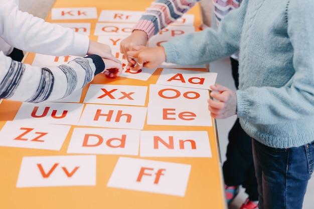 Die ausbildung der schüler spielt karten mit bildern in englisch und zahlen