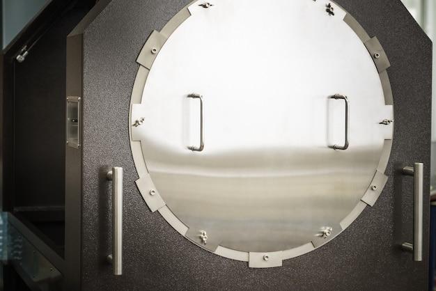 Die außenseite des metallgehäuses ist ein elektrisches relais mit einem großen portal für das stromkabel