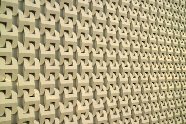 Die außenwand des modernen gebäudes im warmen sonnenlicht