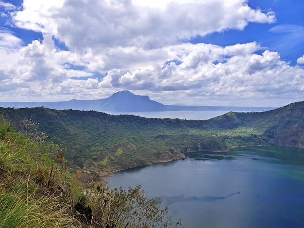 Die aussicht auf den vulkan taal auf den philippinen