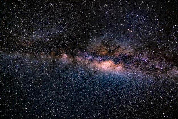 Die australische milchstraße mit details ihres farbenfrohen kerns ist außergewöhnlich hell. gefangen von der südlichen hemisphäre.