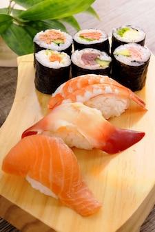 Die auswahl der sushi-platte