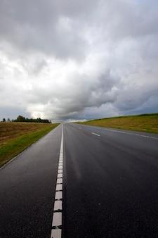 Die autobahn - die autobahn bei sturmwetter.