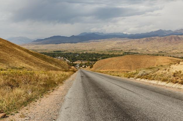 Die autobahn von bischkek nach osch vor dem toktogul-stausee in kirgisistan
