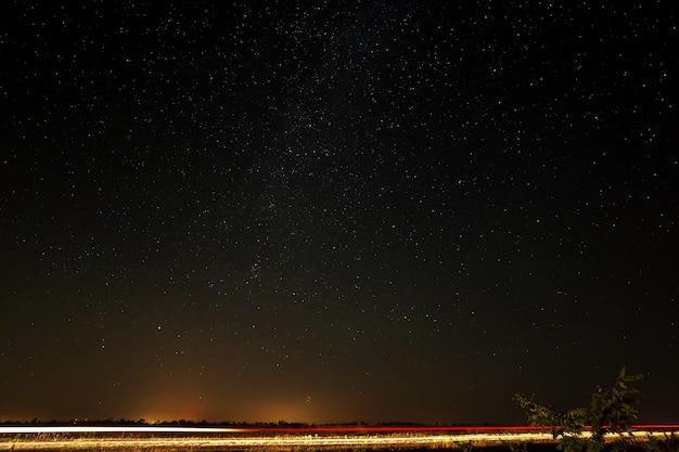 Die autobahn vor dem hintergrund des sternenhimmels