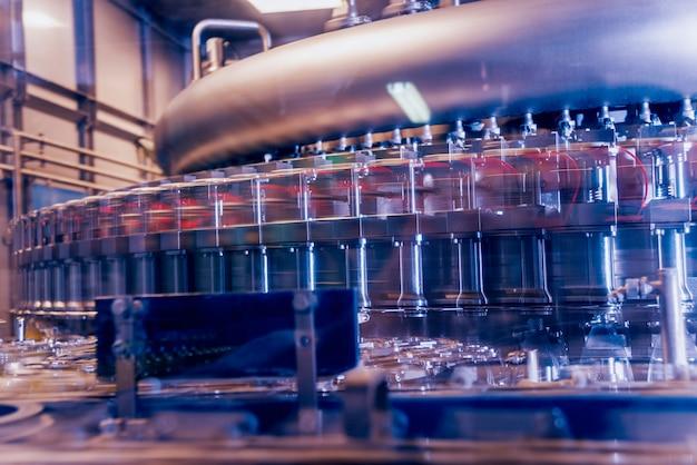 Die automatische abfüllmaschine gießt wasser in pet-plastikflaschen. brauproduktion.
