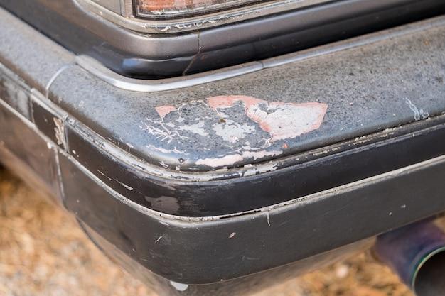 Die autoseite ist zerkratzt und hat einen unfall verursacht