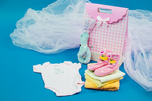 Die babykleidung mit einer geschenkbox