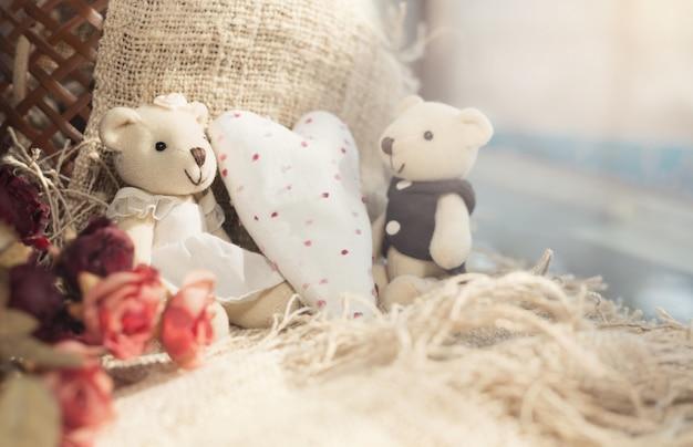 Die bären des netten valentinsgrußes mit weißem herzen. valentinstag-konzept