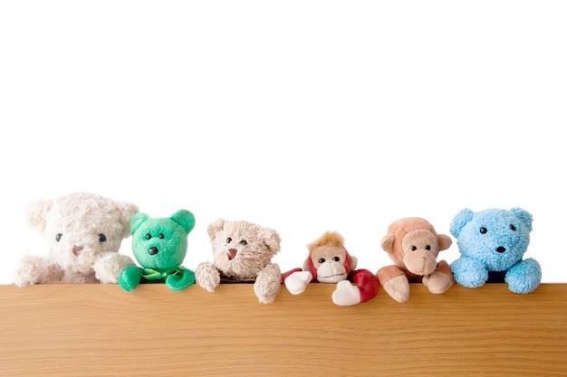 Die bande von teddybären und affen ist auf dem holz
