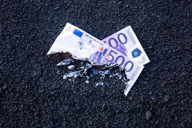 Die banknote brennt während eines feuers. krisenkonzept. finanzielle instabilität.