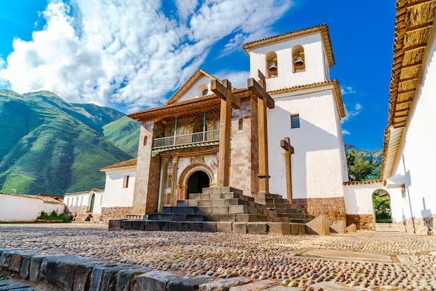 Die barocke kirche, die dem heiligen peter dem apostel gewidmet ist, befindet sich im bezirk andahuaylillas, cusco, peru