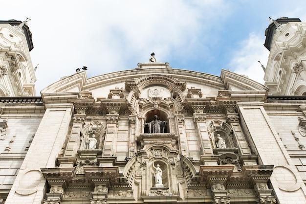 Die basilika-kathedrale von lima bei sonnenuntergang, es ist eine römisch-katholische kathedrale auf der plaza mayor in lima, peru