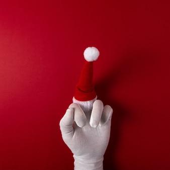 Die behandschuhte hand des weihnachtsmanns zeigt den mittelfinger