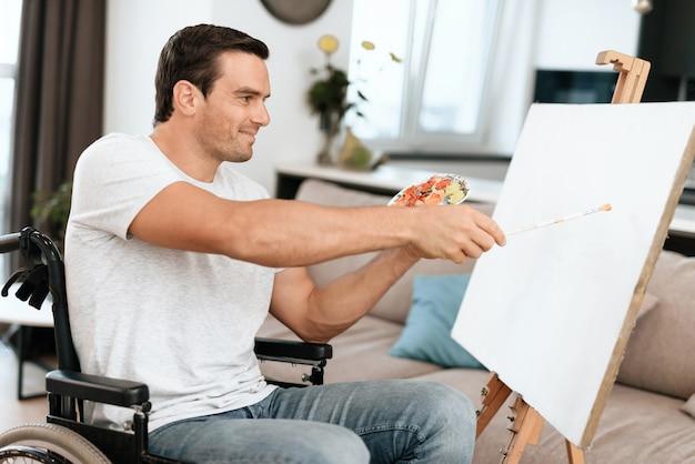 Die behinderte person sitzt im rollstuhl