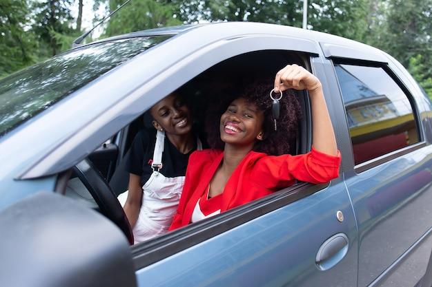 Die beiden afroamerikanerinnen haben spaß im auto