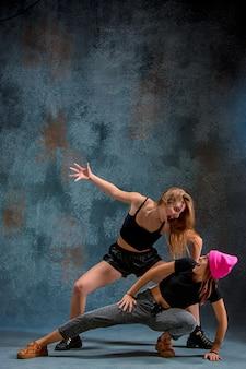 Die beiden attraktiven mädchen tanzen twerk