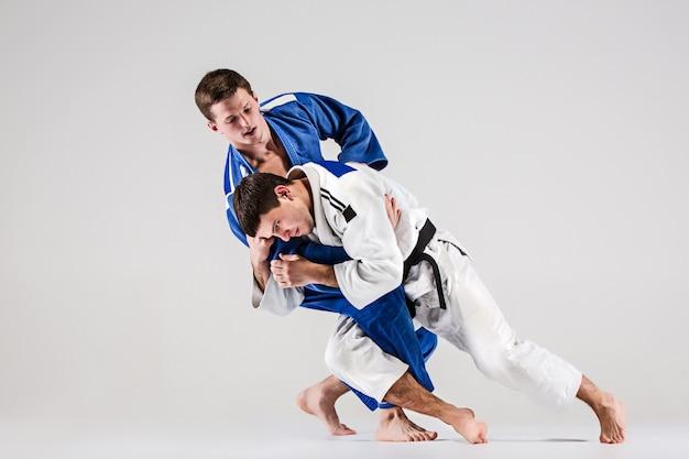 Die beiden judokas-kämpfer kämpfen gegen männer