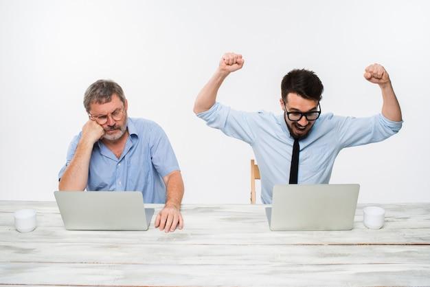 Die beiden kollegen arbeiten im büro zusammen