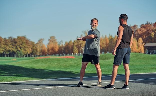 Die beiden männer trainieren im freien