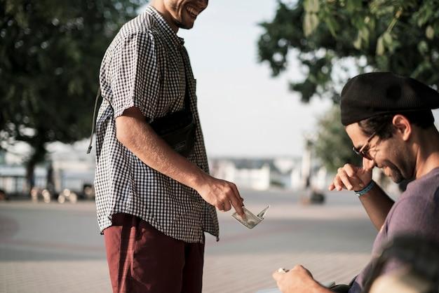 Die beiden personen geben bargeld und machen einen deal, finanzieren den austausch